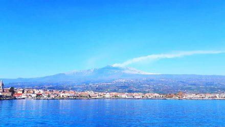 Riposto, veduta del mare e dell'Etna
