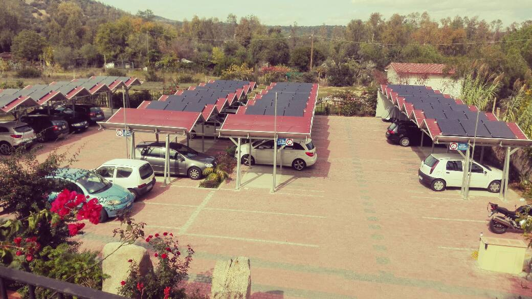 parcheggio con pannelli solari